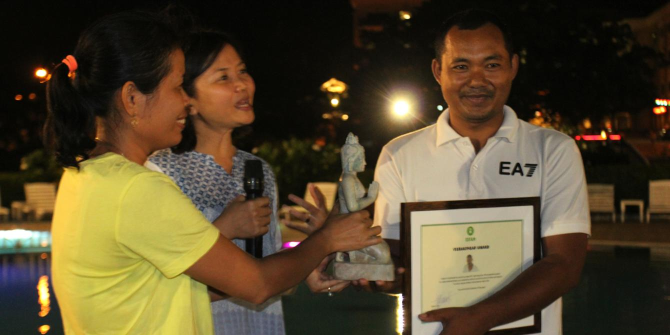 Oxfam presents Veerakpheap Award to Samnang Hour